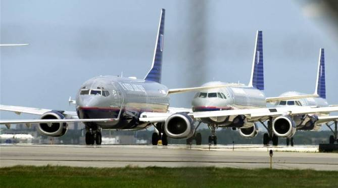 planes-lined-up-on-taxiway